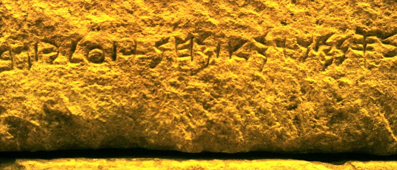 Notre alphabet a pour lointain ancêtre en ligne direct l'alphabet phénicien. Ici, la plus ancienne trace de l'emploi de cet alphabet pour un texte relativement long. Il a été gravé sur le sarcophage d'Ahiram, roi de Byblos. (Musée de Beyrouth)