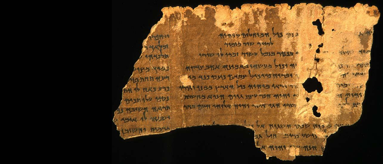 Parmi les manuscrits découverts en 1947 dans les grottes de Qumran sur les bords de la Mer morte beaucoup sont des fragments de parchemin. Nous avons ici un fragment appartenant à un rouleau des Psaumes. Il est conservé au Musée Bible et Terre Sainte à Paris.