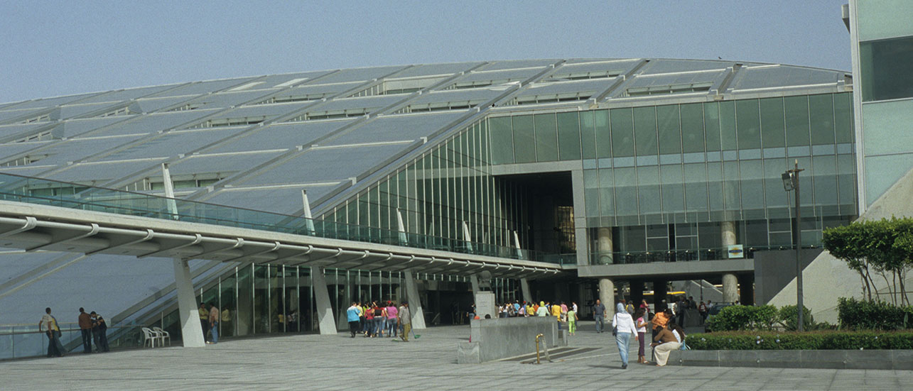Inaugurée le 16 octobre 2002, la Bibliotheca Alexandrina est une bibliothèque et un centre culturel implantée sur le site de l'ancienne bibliothèque d'Alexandrie fondée en 288 avant notre ère et qui était la bibliothèque la plus célèbre de l'Antiquité.